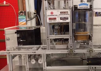 Robot Bistrobot prepara y cocina sandwiches, robot cocinero, robot de cocina, robot cocinando