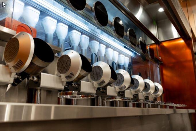 Robots con forma de sarten y olla en el restaurante Spyce de Boston
